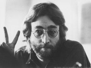 Lennon cada vez que iba al bar pedía 2 cervecitas, una para él y otra para Yoko  Cortesía: www.rollingstone.es